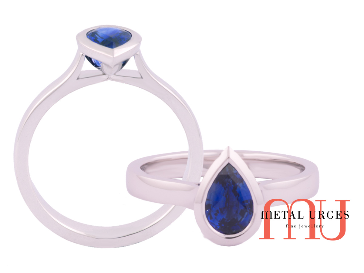 Blue sapphire, Pear cut in an 18 ct engagement ring, natural blue sapphire